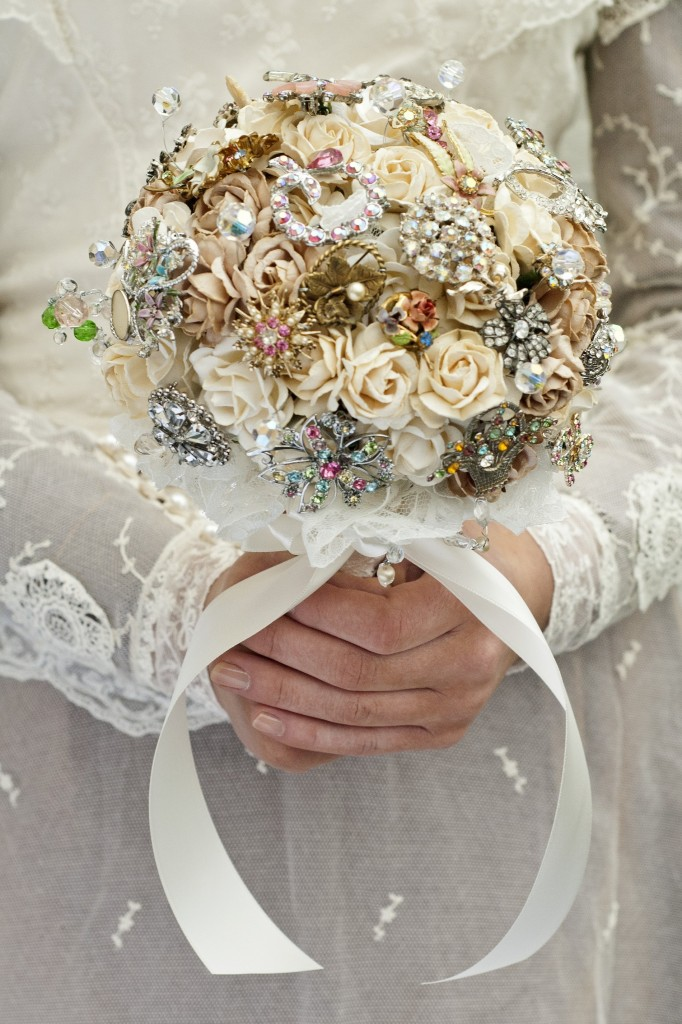 Get-Knotted.net Vintage Creams Old Rose and Brooch Bouquet -ú85 - -ú350